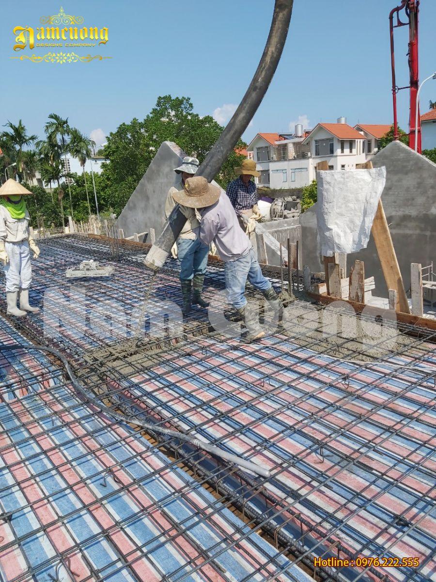 Tiến hành đổ mái 1-thi công công trình biệt thự 3 tầng tân cổ điển